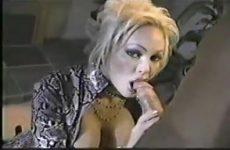 Wulps kijkend in de videocamera geeft zij de flinke jongeheer een blowjob beurt