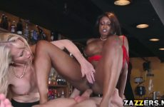 De getinte pijpt en word anal aangeduwd waarna het blondje een beurt ontvangst
