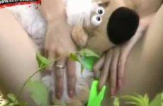 Klein geil meisje laat haar teddybeer over haar clit aaien.