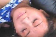 Jong Thais meisje krijgt een dubbel penetratie met een grote lul en een sex toy