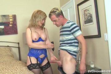 In sexy lingerie trekt deze volwassen vrouw de harde lid van de jongeman af