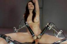 Zwoel babe neemt plaats op een mega sexmachine