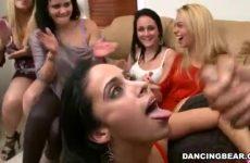 Na de tweede blowjob beurt spuit hij de sperma op haar mond