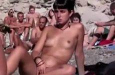 Op het naakt strand mastubeerd het tiener meisje haar geschoren kut