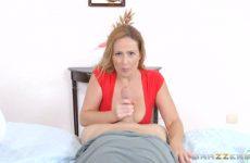 De moeder trekt zijn broekje uit zuigt en word aangeduwd