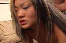 Een Aziatisch hoertje die ik neuk en mijn pik laat zuigen