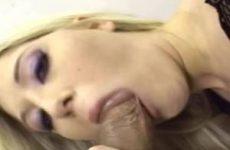 Trekkend aan zijn dikke lul pijpt ze hem