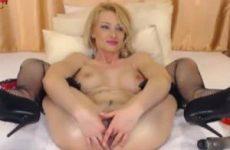 Sexy blondje vuist neukt haar anus voor de webcam