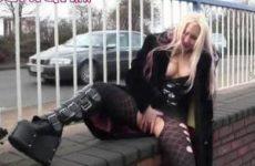 Blonde babe masturbeert in het openbaar.