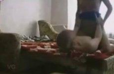 Stiekem filmt de oudere man het escort meisje die hij laat pijpen en neukt