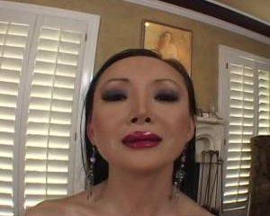 Aziatische milf mastubeerd met een vibrator haar kale kut tot een orgasme