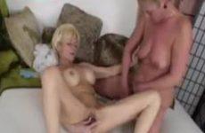 Oude lesbians verwennen elkaars kutje
